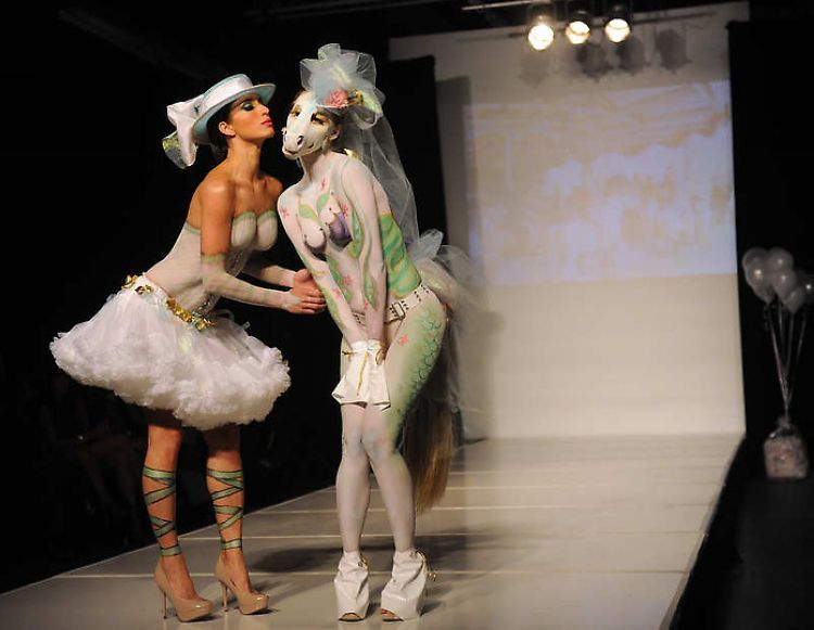 时装秀上演另类艺术 旋转木马风